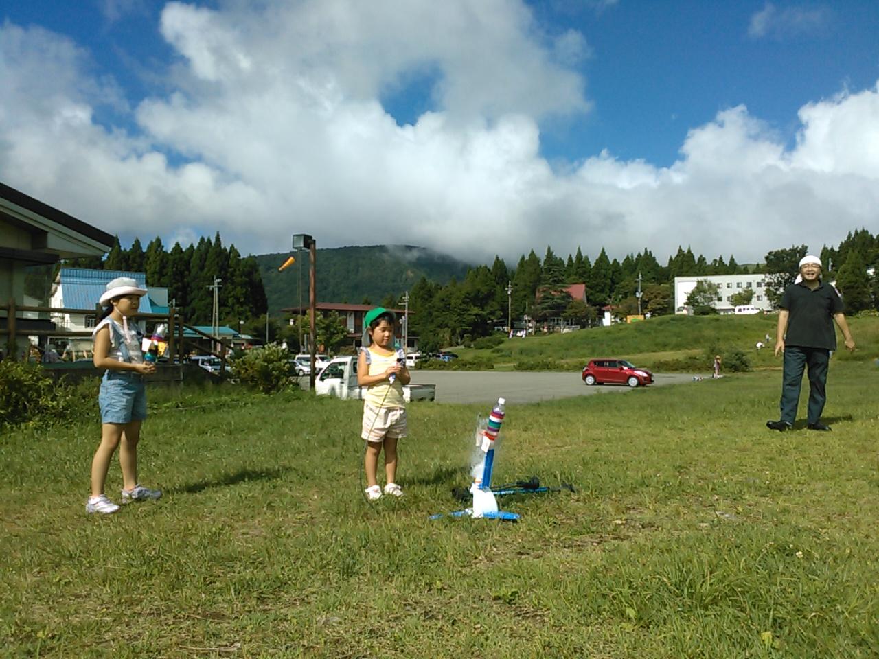 キャンプ二日目・ペットボトルロケット1